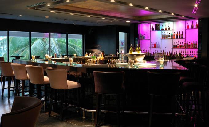 在迅速发展的当今社会,酒吧装修风格也与时俱进欧式酒吧装修设计风格与中式风格的不同之处,欧式酒吧装修设计风格也走进了酒吧的行列里。那么欧式的酒吧装修风格与中式的有什么不同呢?  欧式酒吧装修设计风格中所选用的材料常用大理石,精美的地毯,精致的法国壁画,还有融入欧式元素的沙发,电视框等等。  中式风格中酒吧空间设计比较讲究其层次,多用隔窗、屏风来分割,用实木做出结实的框架,以固定支架,中间用棂子雕花,做成古朴的图案。 酒吧正是做了这样大胆的尝试,将欧式风格带入了现代化的娱乐场所,整个酒吧空间色彩满满,修饰满满