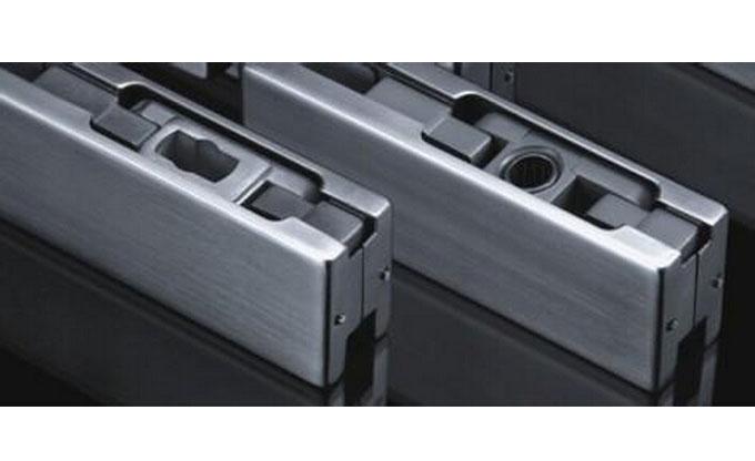 禁止采用上部横梁采用细木板木龙骨结构,因为上门轴与木制作结构连接