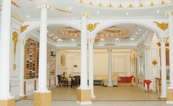 欧式吊顶多见于空间比较大的房间,它继承了欧式典型的元素,通常其造型比较讲究,精致典雅,各种纹理样式丰富多彩,除了顶部大致的外观轮廓处理外,还会配上颇有情调的中央灯饰,其边缘还会有设计各式线条,并且精雕细琢。 圆拱形的欧式吊顶,当中布置一站长吊灯,充满个性,并且可以在灯饰的选择上下一番功夫。圆形的造型设计几近夸张与独特,同时也给人一种敞亮华丽的感觉,当然,这种类型需要有足够的空间作为支撑。  欧式吊顶中,加入石膏线的元素是比较常见的,其线条平直,可塑性强,能够描绘出极富装饰性的花纹图案,从而突出吊顶的层次结