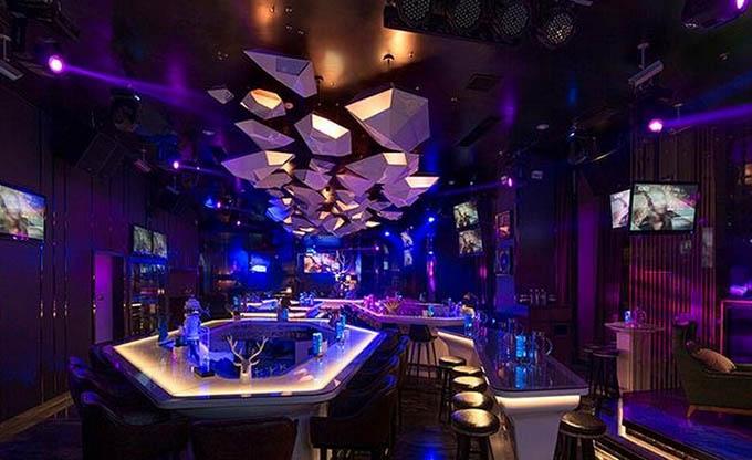 今时今日,一个好的酒吧,一定要有好的设计,好的装修,好的灯光、气氛;作为夜间娱乐的主要场所,酒吧追求轻松、个性以及隐密的气氛,酒吧设计上注重迎合市场需求营造某种意境或者强调某种主题,这些酒吧设计理念,需要不断的从学习实践中来得来。构成优秀酒吧设计理念要素必须同时具有形体、质感、色彩等。