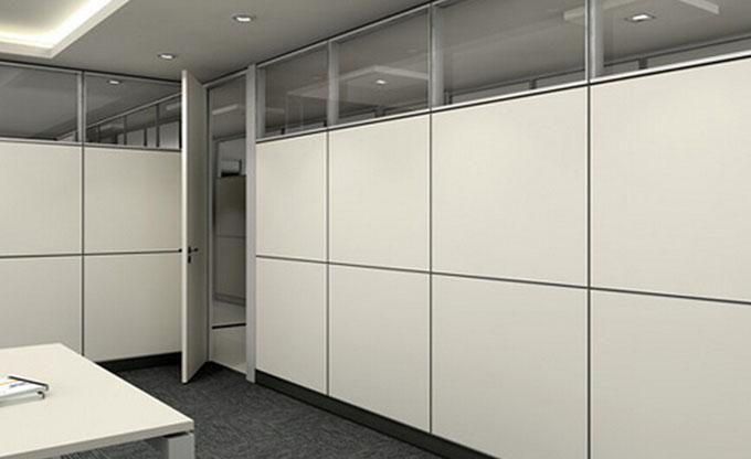 办公室装修中免不了会有隔断,现在的商业大楼建造时,为了保证办公区的灵活性一般都只是建立主要的柱子,而办公室空间非常大。这就可以为业主保留足够的空间,适合业主各种装修要求。办公室通常分为几个空间,经理办公室、财务室、公共办公区、会议室、接待室等。这些空间是需要要倾力打造设计的。  办公室玻璃隔断的特点 玻璃本身拥有出色的透光性和透明感,给人一种无法褪去的温暖和明亮的感觉,改善空间的视觉范围,即使在空间不够大、不够宽敞的办公室上班也不会感到有压抑感,采用玻璃隔断装修办公室可以使得整个放假透明化,看起来非常宽敞