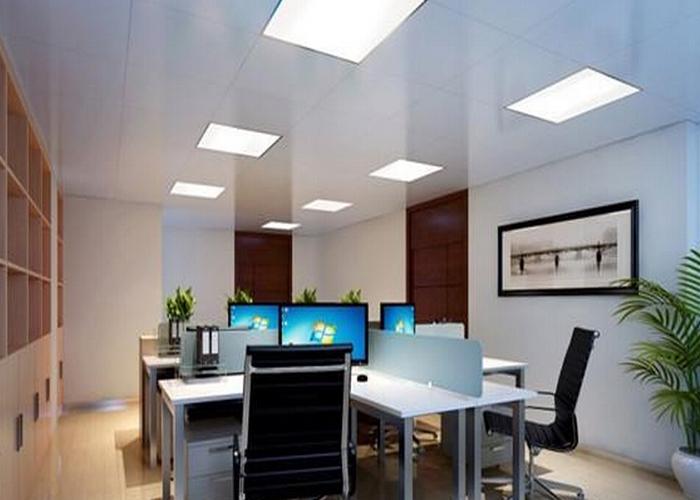 在集体办公室通道区域采用节能筒灯照明,给通道补充光线.