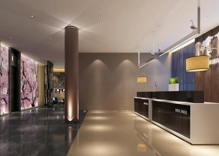 精品酒店大堂装修设计 精品酒店的大堂(Lobby)是客人办理住宿登记手续、休息、会客和结账的地方,是客人进店后首先接触到的公共场所。 精品酒店大堂必须以其宽敞的空间、华丽的装潢,创造出一种能有效感染客人的气氛,以便给客人留下美好的第一印象和难忘的最后印象。 传统酒店大堂大都追求一种宽敞、华丽、宁静、安逸、轻松的气氛,但现在越来越多的精品酒店开始注重充分利用酒店大党宽敞的空间,开展各种经营活动,以求在精品酒店的每一寸土地都要挖金的经营理念。  从精品酒店的装修布置而言,一个良好的精品酒店大堂应该具备下列条件