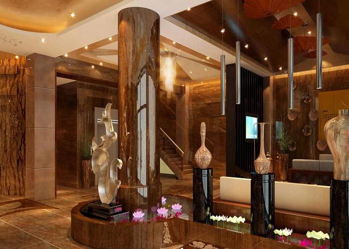 越是商务酒店越需要创意的设计和灵感,商务酒店大堂装修设计注意事项有哪些? 一、商务酒店入口比例设计 宽敞典雅的入口很重要,会给客人留下美好的第一印象。过于狭小、局促的人口会让人感到非常难受。 同时,酒店的入口最好有一相对宽敞的过厅,形成室内外的过渡空间,这不仅可以提升酒店的档次,而且易于节能。 此外,还要考虑到残疾人的需求,为其设计专用的坡道。  二、商务酒店大堂总台设计 大堂中总台是必不可少的最主要场所,如果条件许可,其位置应尽可能不要面对大门, 这样既可以给在总台办理相关手续的客人一个相对安逸的空间,