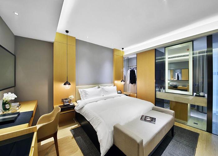 色彩是室内环境设计中最为生动、活跃的因素,起到创造和改变室内设计格调的作用,并在视觉上给人艺术享受。本文论述色彩在精品酒店室内空间装修设计中的调节作用及运用原则,并通过具体应用进行说明。 精品酒店室内设计的作用是为人们创造舒适、安全、美观的生活居住环境,在满足人们物质追求的同时满足适当的精神追求。随着人们色彩的不断了解以及室内设计的发展,人们逐渐认识到色彩在室内设计中举足轻重的地位。 室内环境的色彩设计与室内的每一种物品都有紧密直接的联系。色彩独特的表现力和感染力,合理应用到室内设计中后对人的心里和生理都