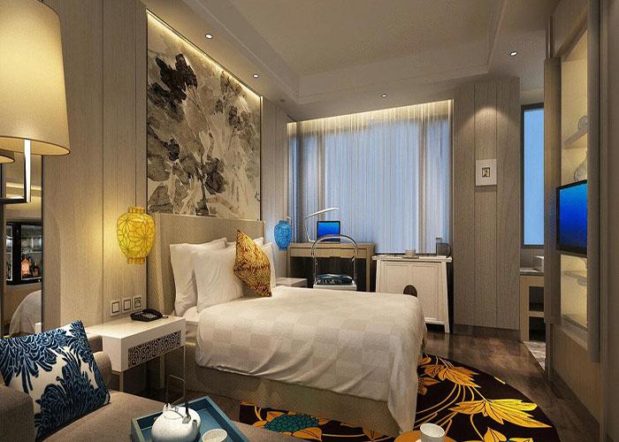 精品酒店设计应以交通组织为切入点。功能不同的交通组织方式又将精品酒店分为既独立又相互联系的两部分:精品酒店的公共部分往往是一座精品酒店形象、品质的表征,也占精品酒店投资金额的主要部分,因此常常被建筑师所重视,成为设计重点;精品酒店设计归根到底是以精品酒店的经营和营利为目的,因此可以说公共空间的舒适性和易识别性,管理组织的便捷性和有序性是精品酒店经营的目标和保障。  1、精品酒店大堂设计 精品酒店大堂应该比其他地方更能给人第一印象,因此可以说大堂决定一个精品酒店的基调。室内设计方面要能使进入大堂的客人感受到